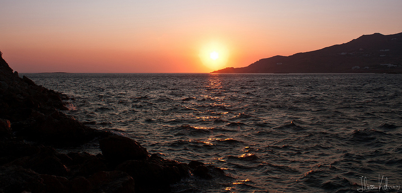 the last rays of sun reflecting on the waves of the sea